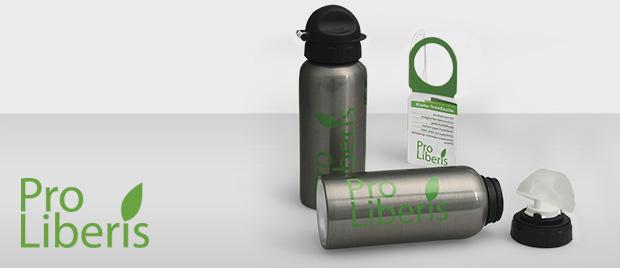 Die Werbeagentur Karlsruhe gestaltet eine Alutrinkflasche mit Branding und Etikett im Look and Feel von Pro Liberis.